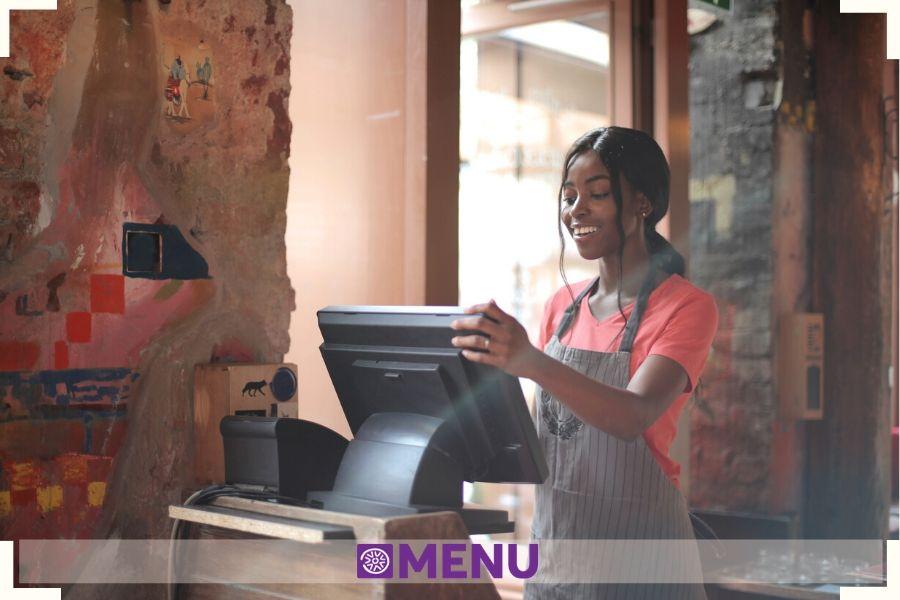 cameriera utilizza computer per la gestione della comanda e del conto_Fonte_canva_ats cagliari