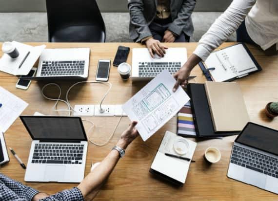 uomini a lavoro sui computer_noleggio computer